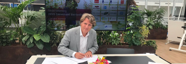 Hivos directeur Edwin Huizing tekent sierteeltconvenant