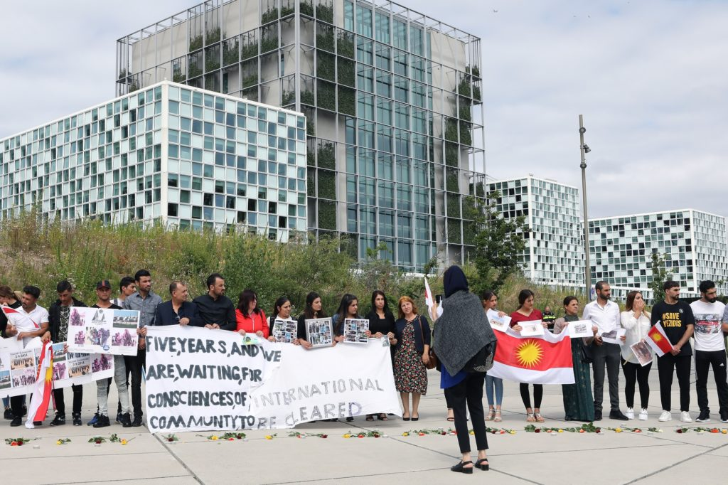 Yezidi's in Nederland herdenken de gebeurtenissen van vijf jaar geleden bij het Strafhof in Den Haag.