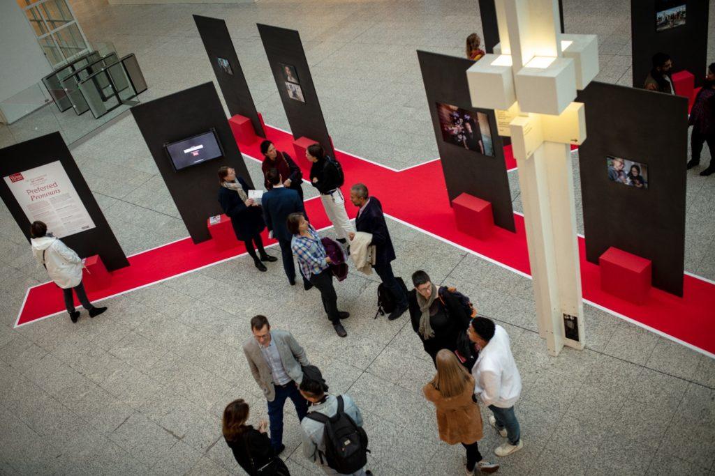 Fototentoonstelling preferred pronouns in Atrium stadhuis Den Haag