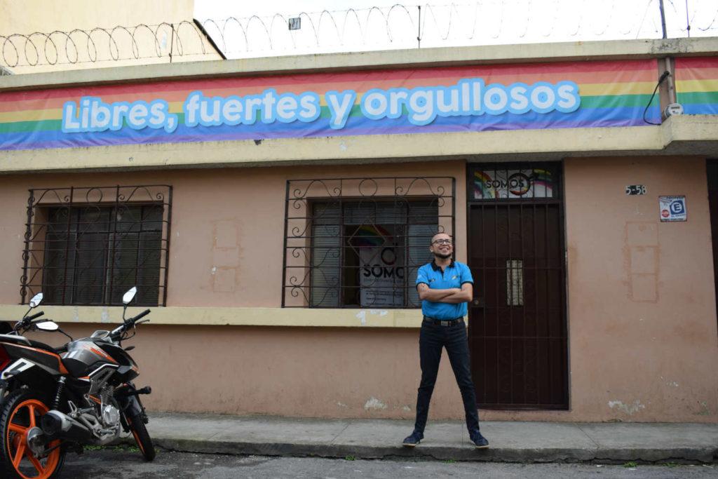 Marco staat voor het kantoor van SOMOS, een organisatie die vecht voor de positie van LHBT's in Guatemala.