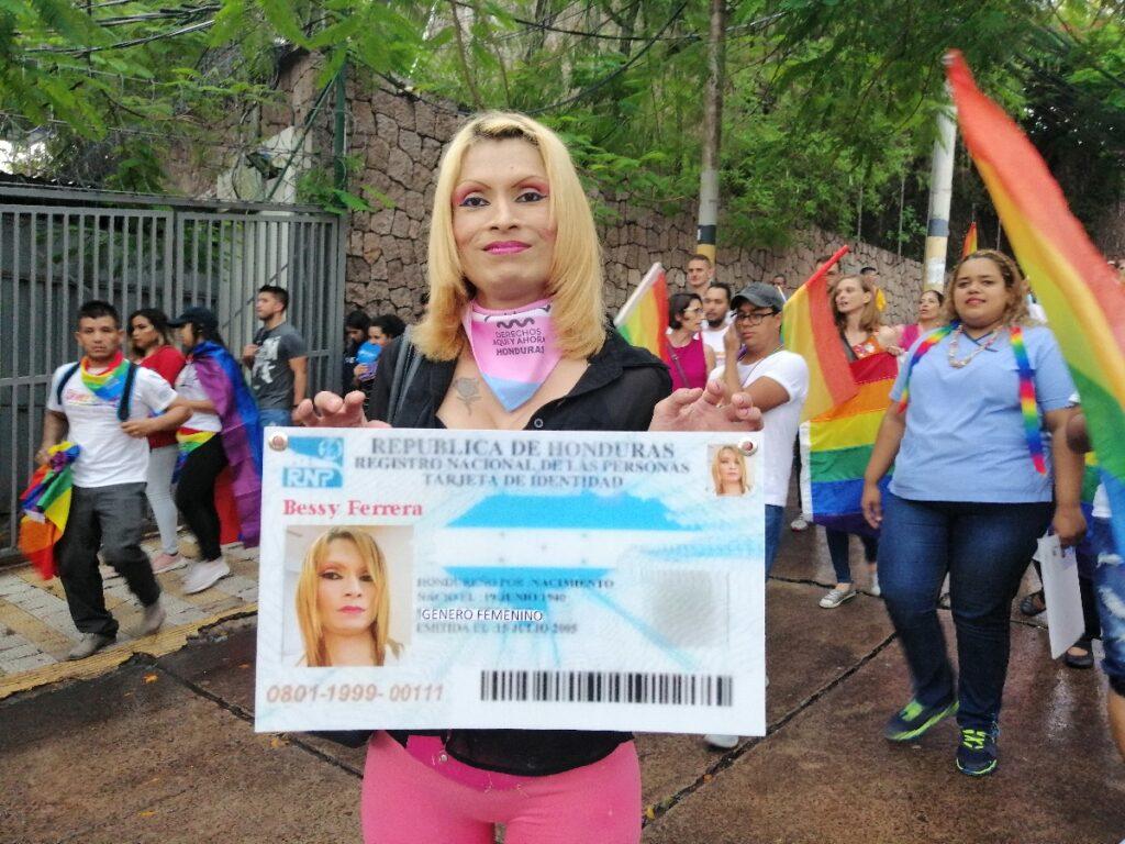 Bessy Ferrera bij een demonstratie in Honduras